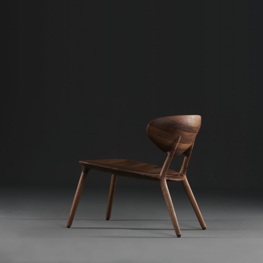 Silla Wu Lounge de Artisan, en madera maciza y tapicerías a elegir. Diseño realizado por Studio Pang