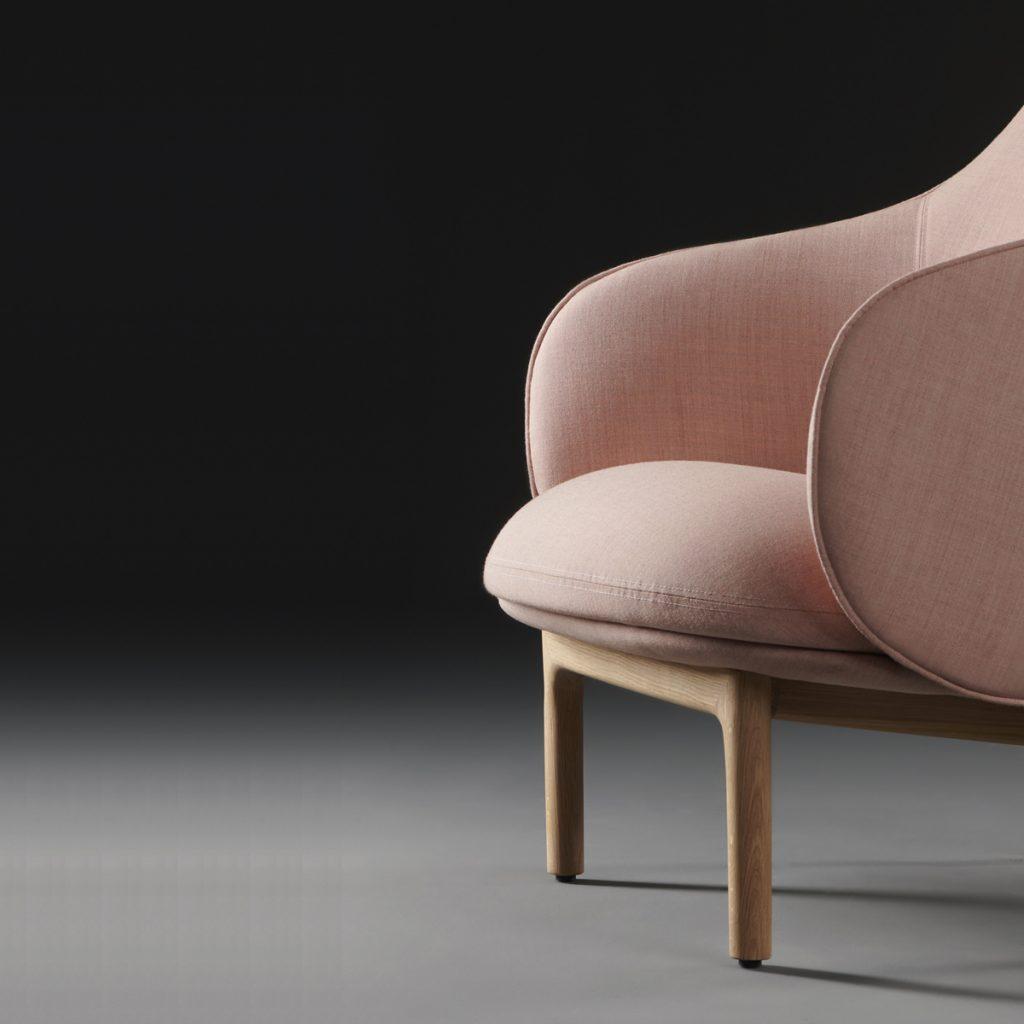 Sillón Mela Lounge Alto para Artisan, con diseño moderno en madera y tapicería. Producción europea de Regular Company
