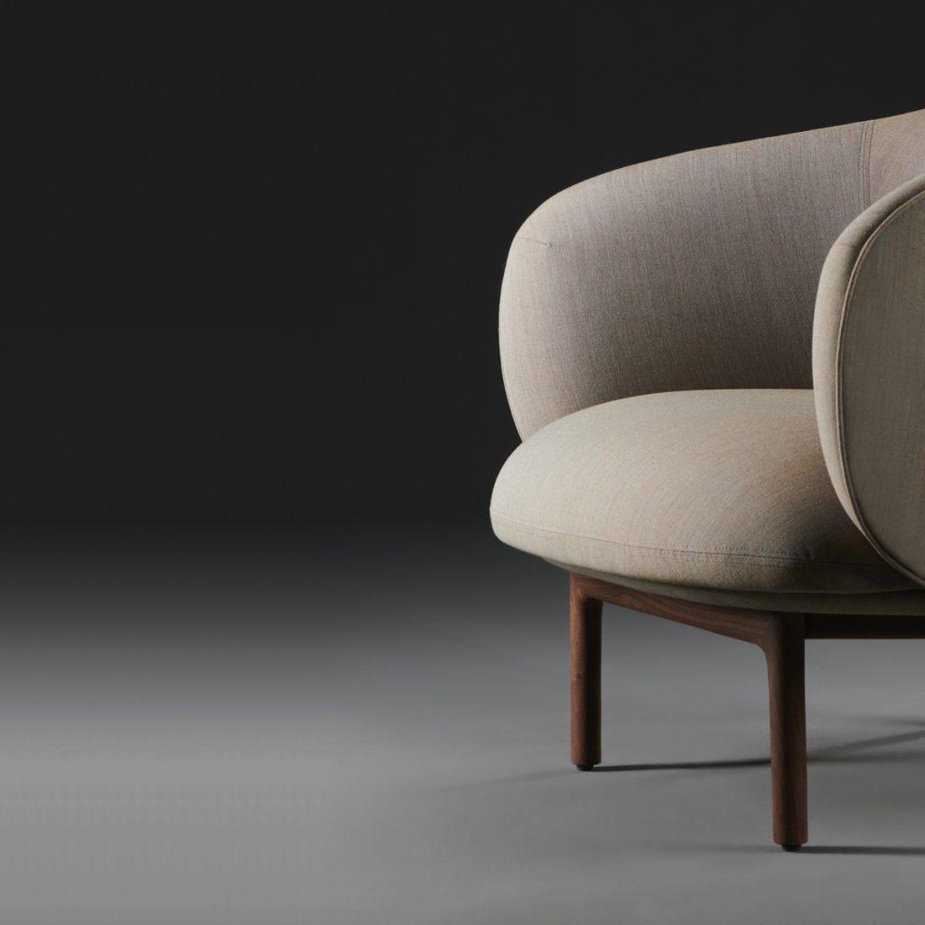 Sillón Mela Lounge Bajo, realizado en madera y tapicería para Artisan. Producción original de Regular Company en Europa