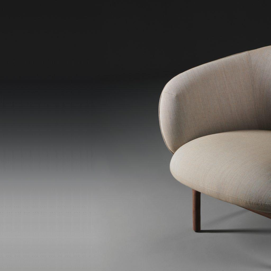 Sillón Mela Lounge Bajo en madera y tapicería, con diseño de Regular Company. Artesanía europea y original para Artisan