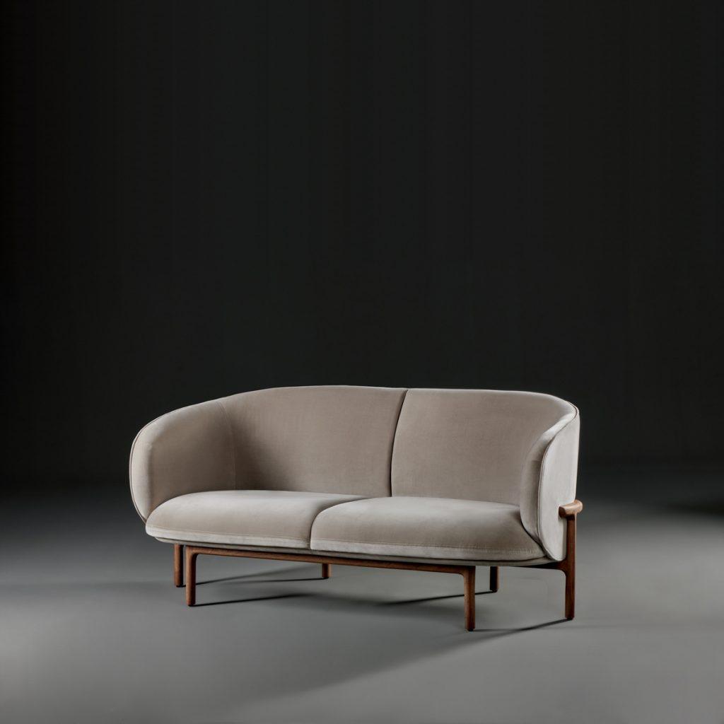 Sofá Mela Lounge dos plazas, diseñado en madera y tapicería de calidad para Artisan. Producción artesana y original de Regular Company